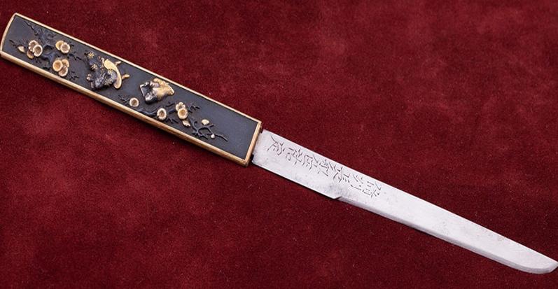 Самурайский походный нож - кодзука. Одно из отверстий на цубе, предназначено как раз для него