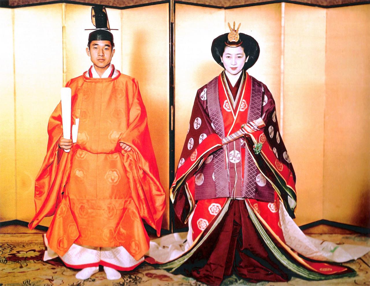 Одежда знатных японцев в средние века - сокутай для мужчин и дзюнихитоэ для женщин