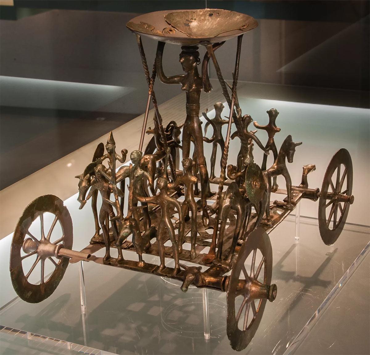 Образчик гальшатской культуры - металлическая повозка имевшая религиозное предназначение