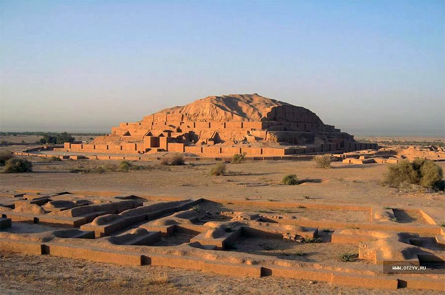 Тысячи лет люди считали, что это гора естественного происхождения. А оказалось, лишь немного присыпанный песком эламский храм бога Иншушинаку. Надо сказать, масштабы и качество работ впечатляют