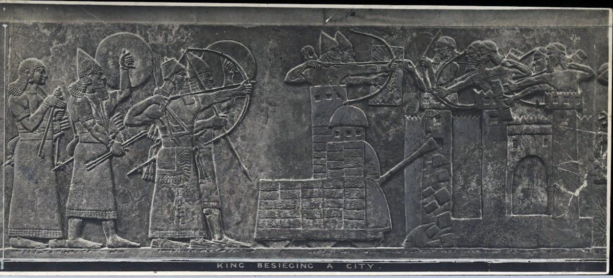 Ассирийцы осаждают подвластный Уруку город, используя осадные машины