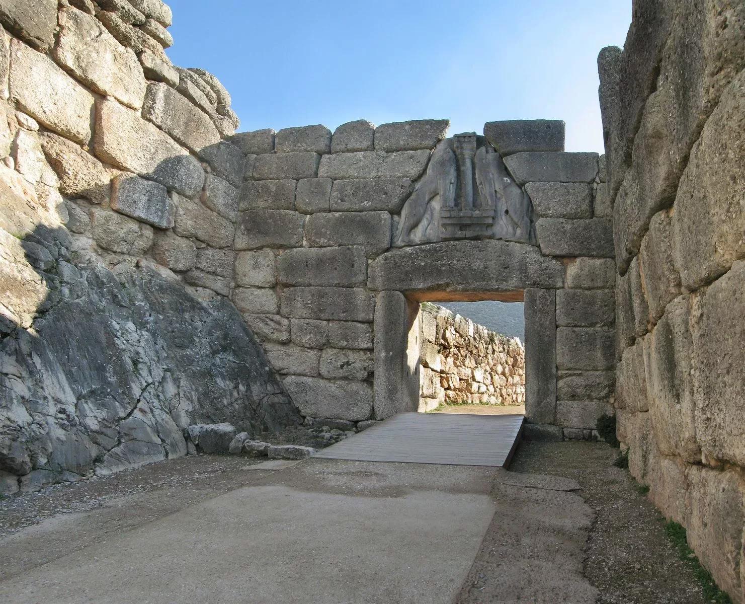 Микены - один из прото-греческих городов. Одного взгляда на эти стены достаточно, чтобы понять, что строили их люди с крайне основательным взглядом на жизнь