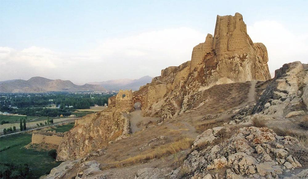 Развалины Урартской крепости на берегу озера Ван («море Наири» как его называли ассирийцы)