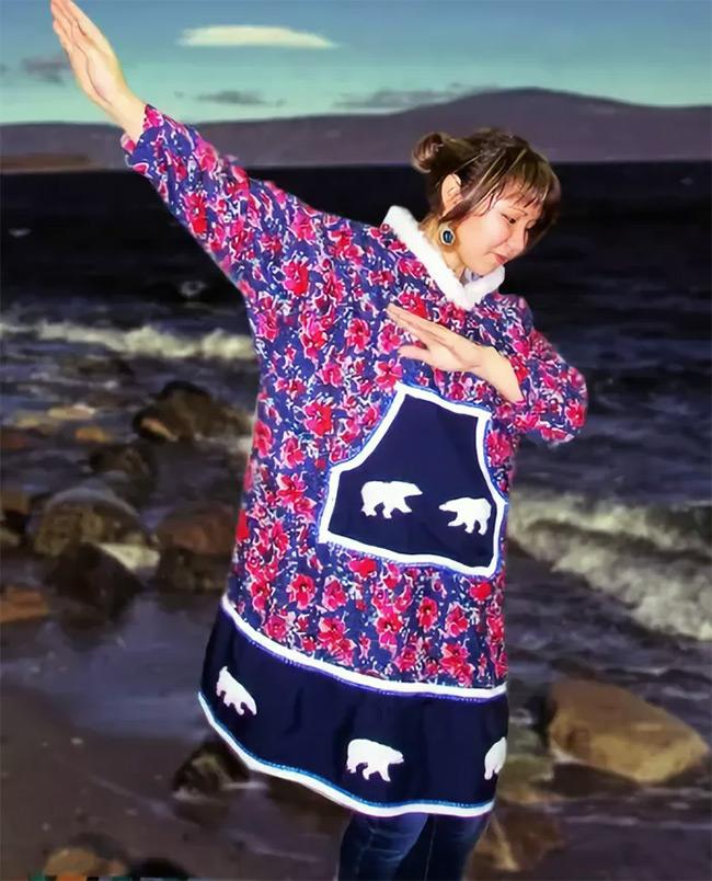 Камлейка - летнее платье эскимосов. У нас принято называть камлейкой верхнюю «непромокайку» с капюшоном, надеваемую поверх теплой одежды